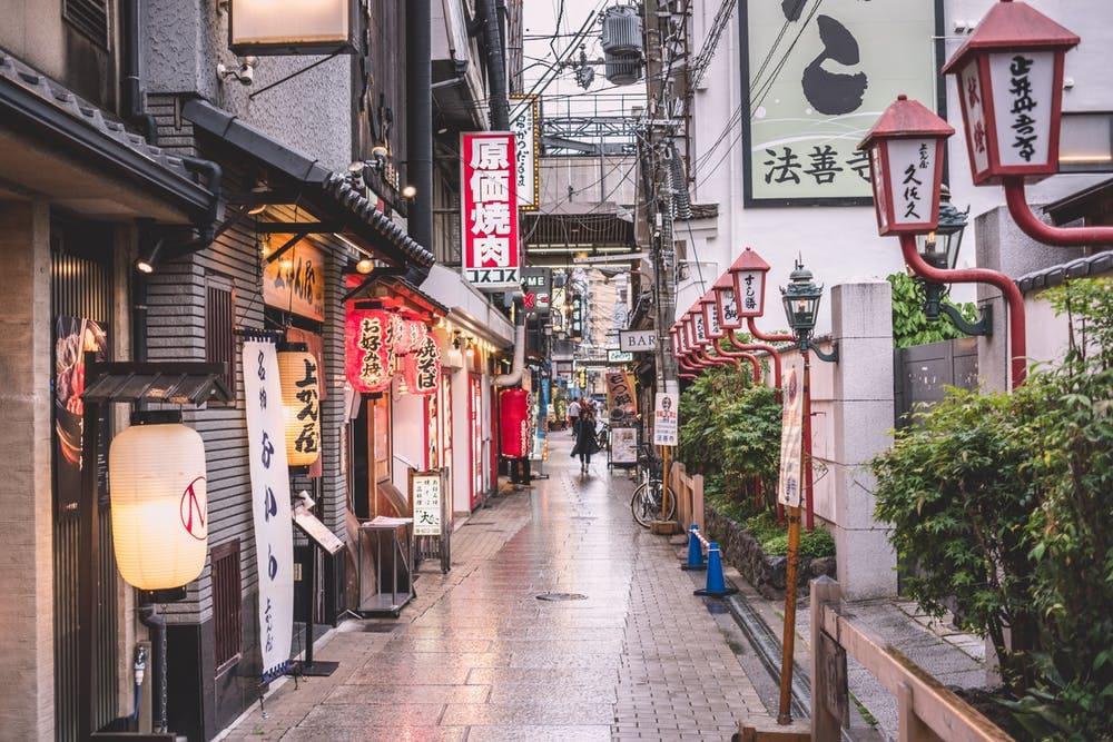 Consejos para viajar solo a Japón - Worldpackers - calle en Japón