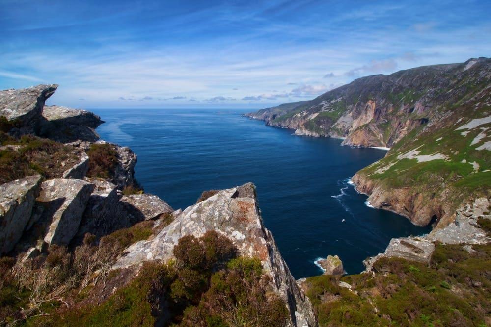 Guía completa para viajar a Irlanda - Worldpackers - montaña y lago de Irlanda