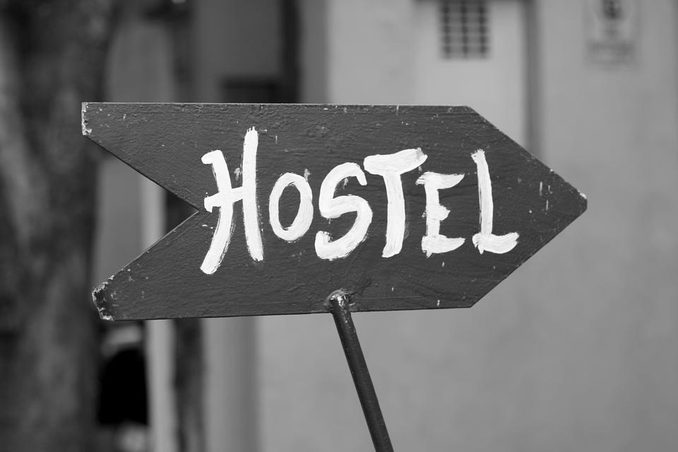 Viajar por Sudamérica solo: todo lo que debes saber - Worldpackers - pancarta que marca la palabra hostel