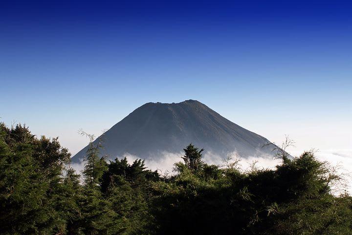 Ruta para recorrer Centroamérica como mochilero - Worldpackers - volcán en centroamérica con neblina alrededor
