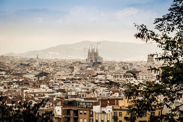 10 Consejos para viajar barato por España - Worldpackers - vista de barcelona desde un mirador