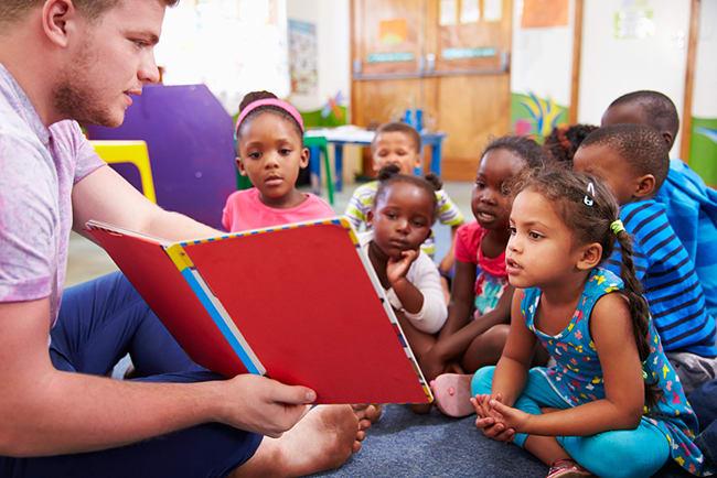 Aptitudes necesarias para que te elijan como voluntario - Worldpackers - viajero enseñando idioma a niños en escuela