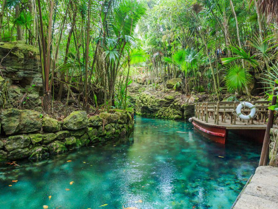 12 lugares que ver en Cancún y Riviera maya (sin necesidad de tener un auto) - Worldpackers - agua cristalina en xcaret