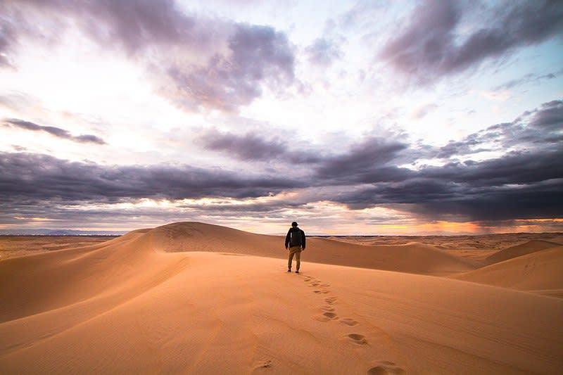 10 ventajas de vivir una aventura en el extranjero - Worldpackers - hombre caminando por el desierto