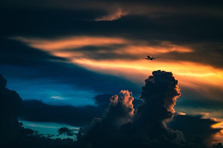 Cómo conseguir pasajes de avión baratos - Worldpackers - avion volando de noche
