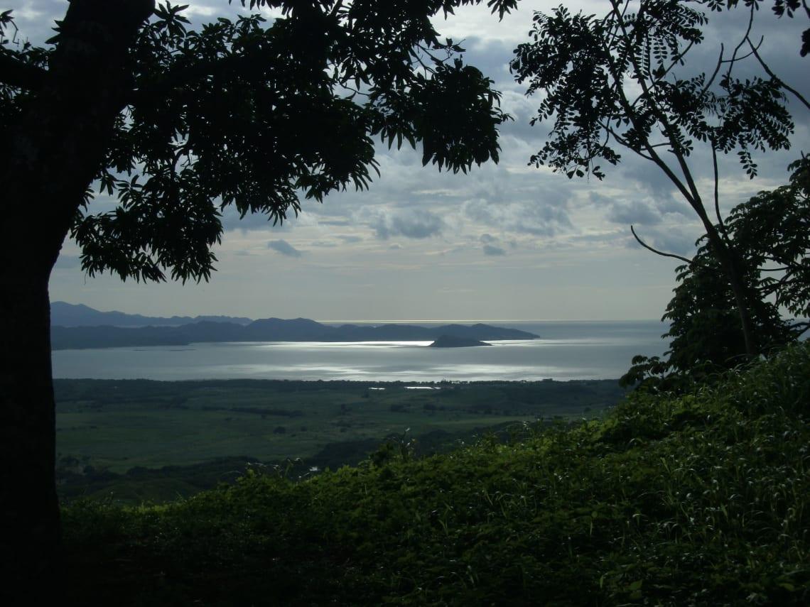 Guía para viajar a Costa Rica - todo lo que debes saber - worldpackers - mar visto desde la selva en costa rica