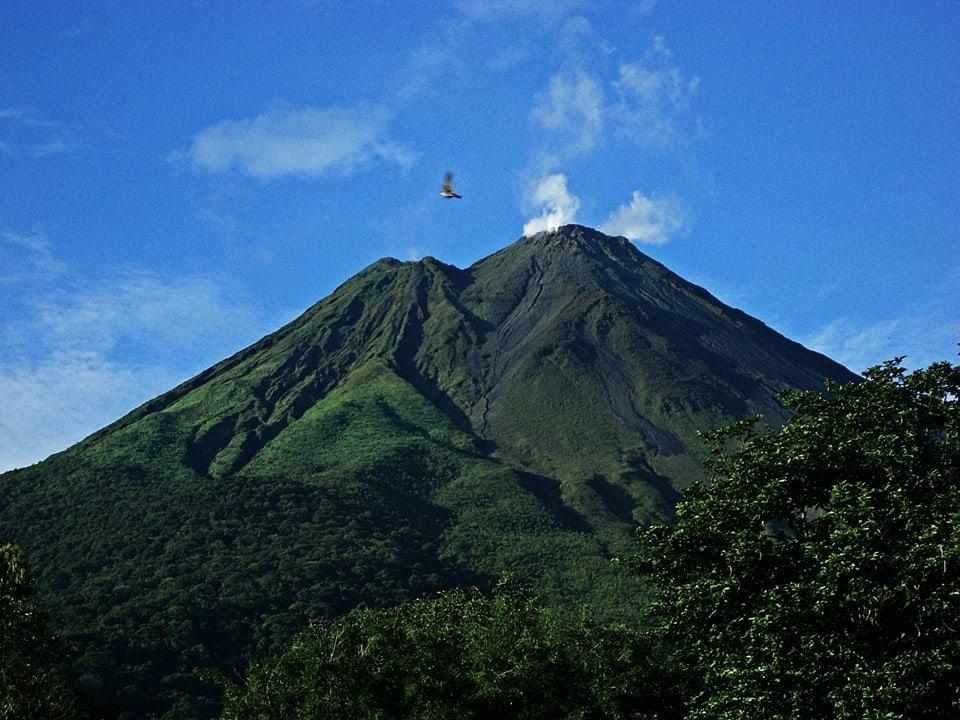 Guía para viajar a Costa Rica - todo lo que debes saber - worldpackers - volcán en costa rica