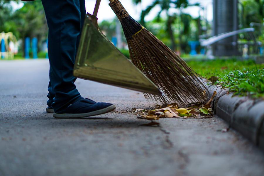 Varrer a calçada sem a mangueira é uma ótima forma de contribuir com o meio ambiente