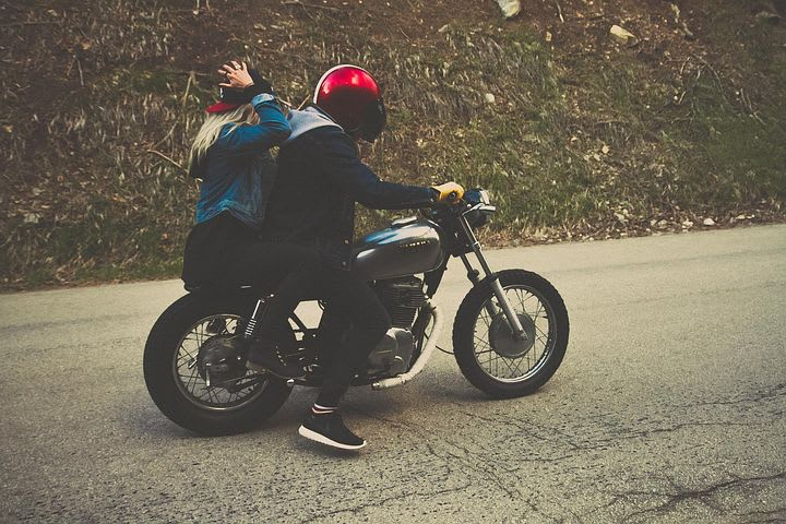 Secretos del camino: 10 consejos para viajar en pareja por largo tiempo - Worldpackers - pareja viajando en motocicleta