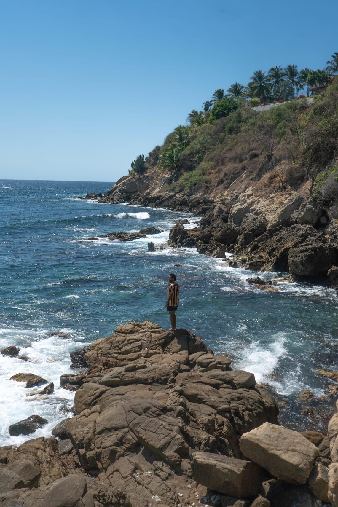 Lugares baratos para visitar Puerto Escondido, México - Worldpackers - hombre en playa de puerto escondido mexico