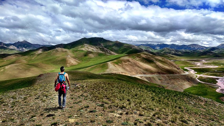10 de los lugares más baratos para un nómada digital - Worldpackers - mujer viajando en Kirguistán