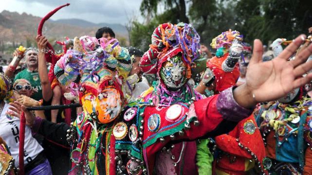 La guía definitiva para conocer el Noroeste argentino - Worldpackers - carnaval en humahuaca