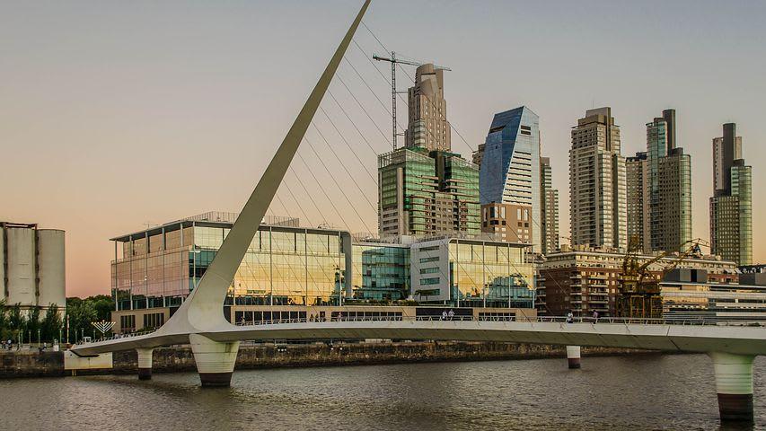 10 cosas que hacer en Buenos Aires con poco dinero - Worldpackers - Puerto Madero en Buenos Aires con el Puente de la mujer