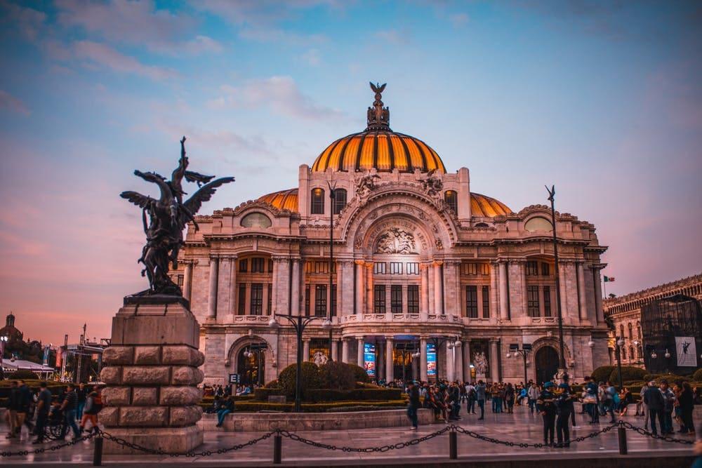10 consejos para viajar sola a México - Worldpackers - iglesia en centro de ciudad de méxico