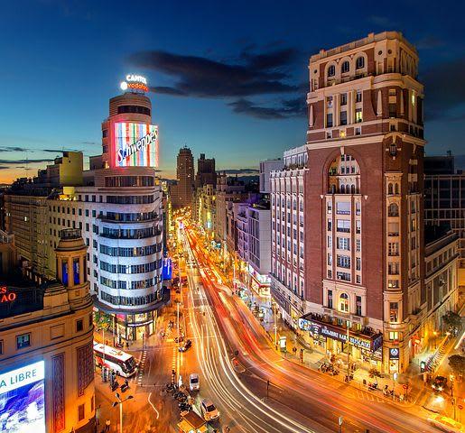 10 Consejos para viajar barato por España - Worldpackers - vista de la gran Via en Madrid desde lo alto