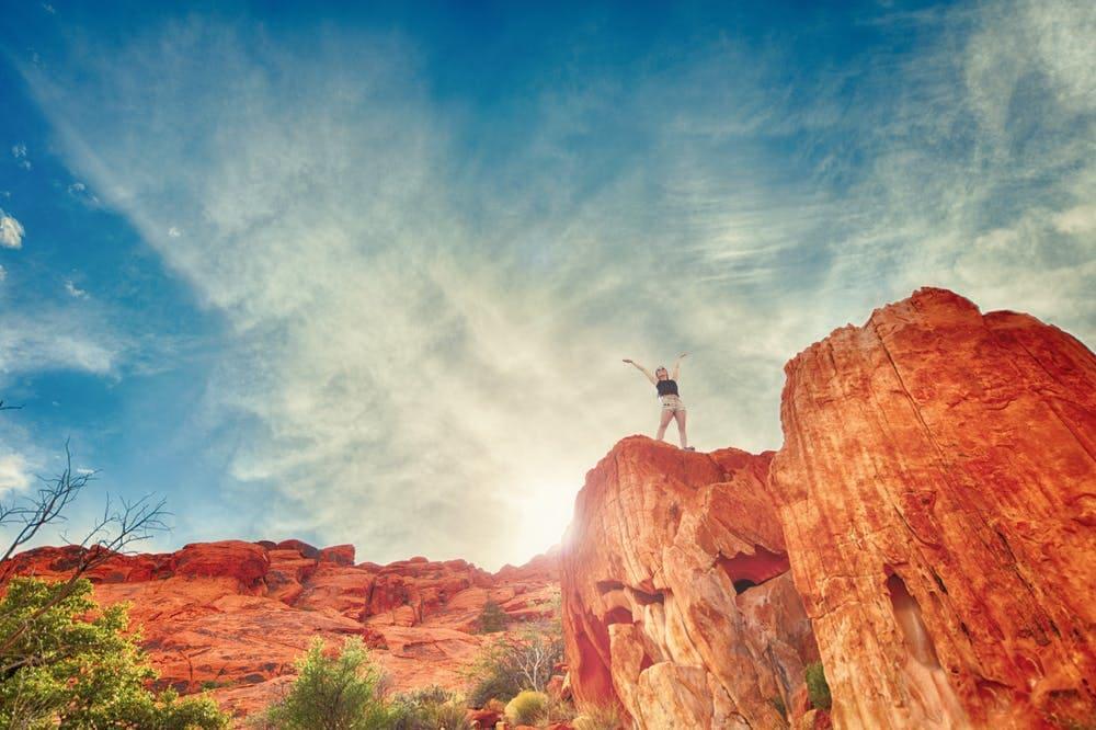 Lo que debes saber para enfrentar tu miedo a viajar sola - worldpackers - mujer en la montaña