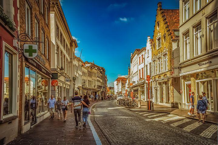 Mi primera experiencia haciendo un voluntariado en Bélgica - Worldpackers - calle en Bélgica durante el verano
