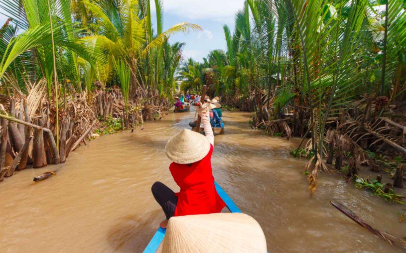 Hacer la ruta del Mekong: Laos, Camboya y Vietnam - Worldpackers - mujer remando bote en Vietnam