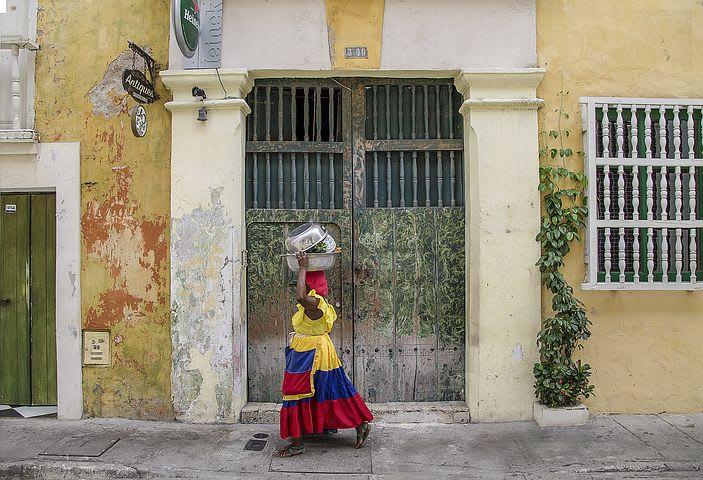 Los 5 destinos más baratos en Sudamérica para viajar con menos de $5 por día - Worldpackers - palenquera en calles de cartagena