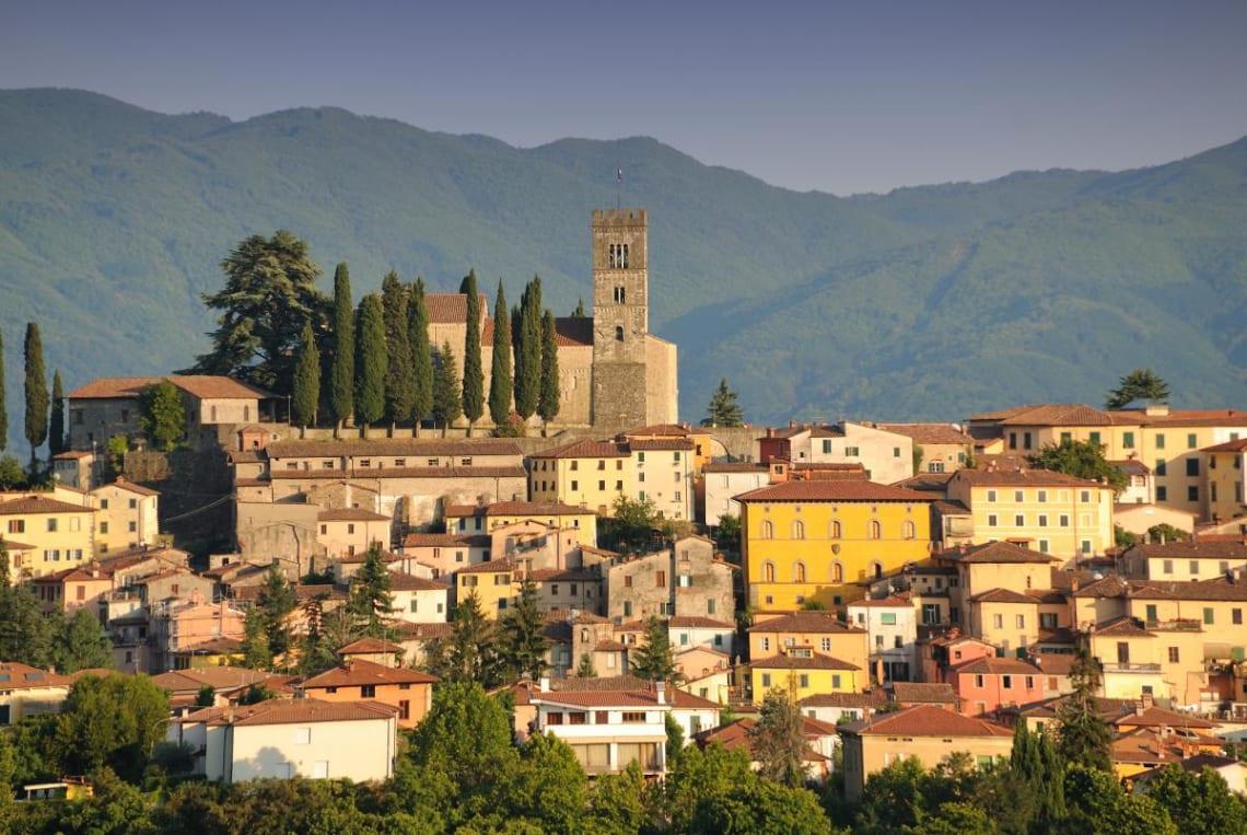 Mejores destinos para viajar solo y barato - Worldpackers - vista de Barga Italia