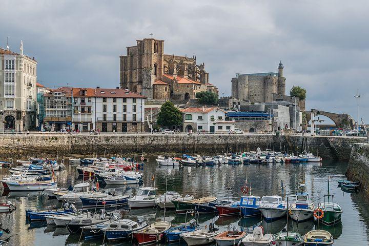 Qué ver en el norte de España: más de 15 lugares sorprendentes - Worldpackers - claustro en cantabria