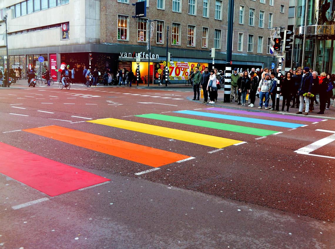 Faixa de pedestre pintada com as cores da comunidade LGBT