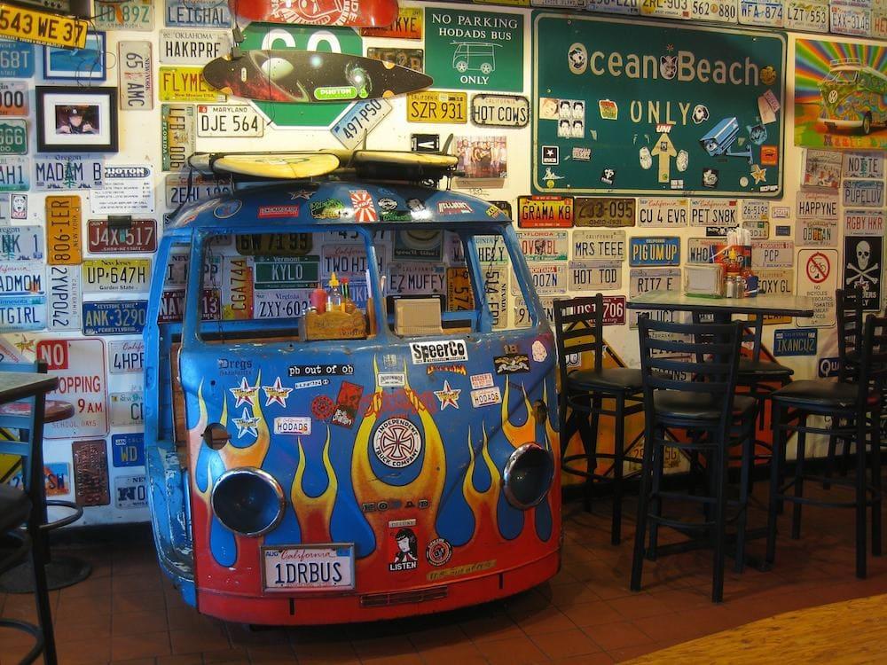 Lugares imperdibles que visitar en San Diego, California - Worldpackers - carro hippie en restaurante