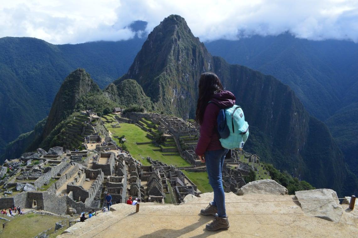 Ruta mochilera para visitar Perú: qué hacer y recomendaciones - Worldpackers - mujer en Machu Picchu
