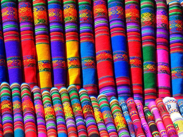 Los países más baratos de Sudamérica para viajar - Worldpackers - telas de colores en Perú