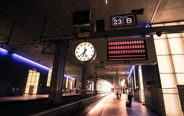 É preciso estar atento aos horário de chegada e partida dos trens na Europa