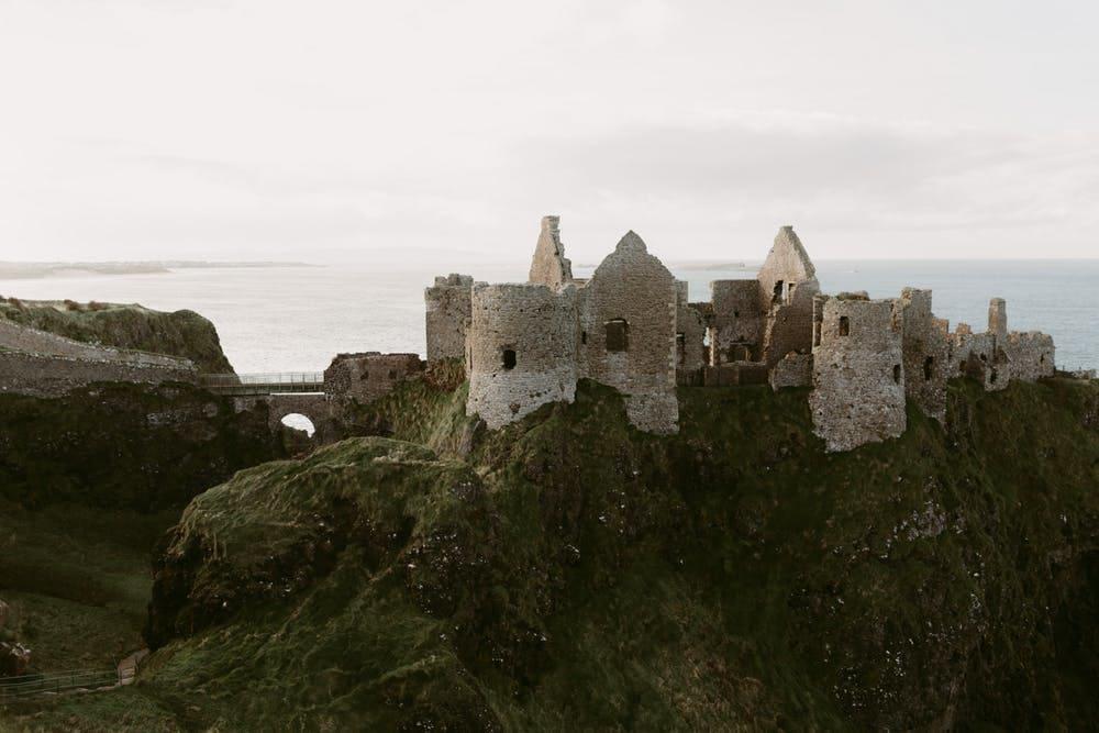 Guía completa para viajar a Irlanda - Worldpackers - castillo abandonado en Irlanda