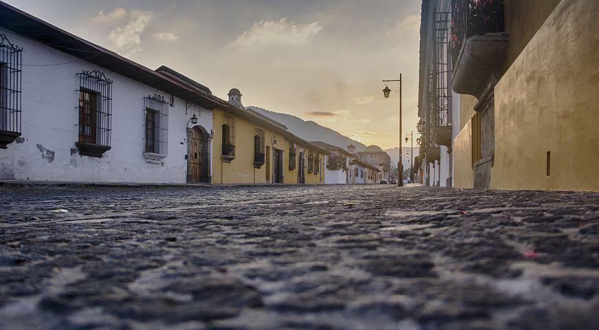 Ruta para recorrer Centroamérica como mochilero - Worldpackers - calle empedrada y vacía en Guatemala