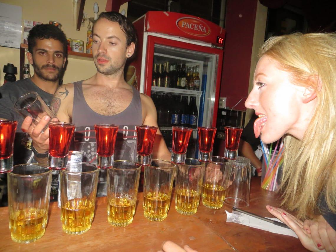 Hacer un voluntariado en un party hostel: mi experiencia en Lima - Worldpackers - fiesta en loki hostel Lima Perú