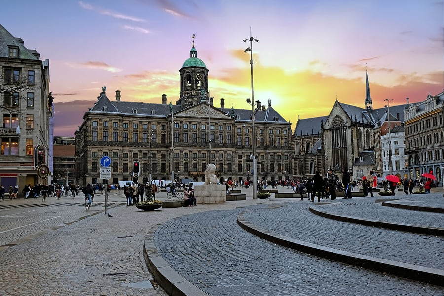 Dam Square, a principal praça de Amsterdam, no pôr do sol