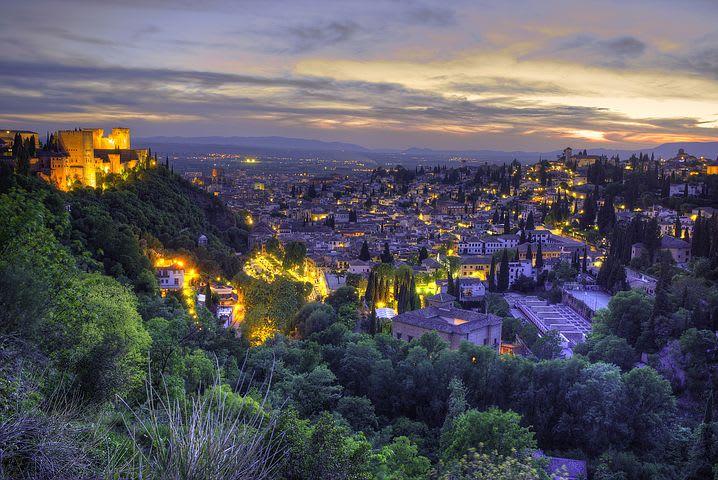 Guía para visitar Granada: todo lo que debes saber - Worldpackers - Granada vista desde un mirador al atardecer