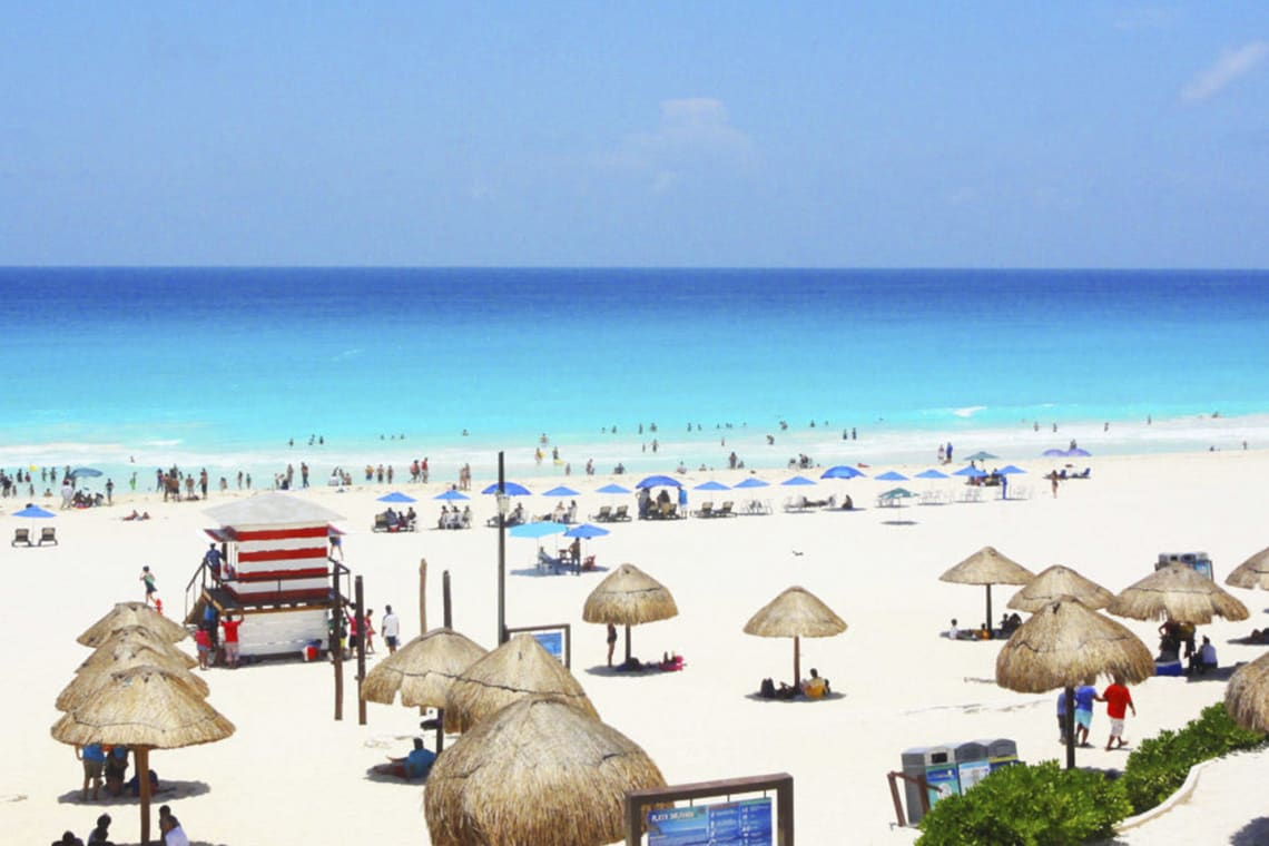 12 lugares que ver en Cancún y Riviera maya (sin necesidad de tener un auto) - Worldpackers - playa delfines, mexico