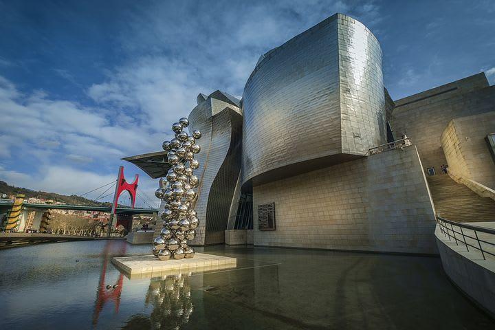 Qué ver y hacer en Bilbao: 15 cosas que no te puedes perder - Worldpackers -Museo Guggenheim fachada alumbrada