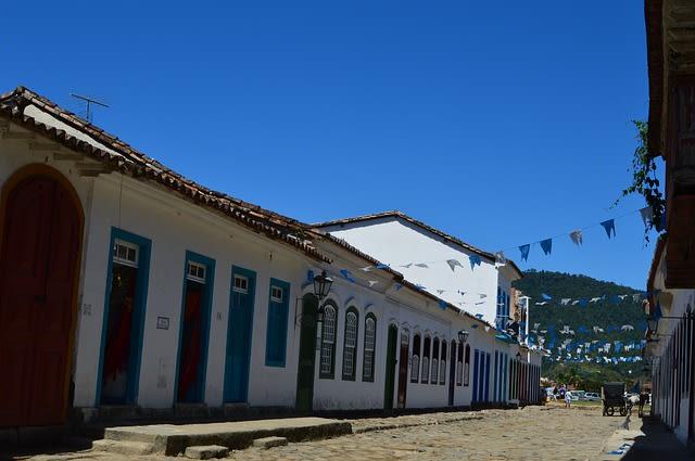 4 ciudades para viajar sola en Brasil - Worldpackers - calle en Paraty