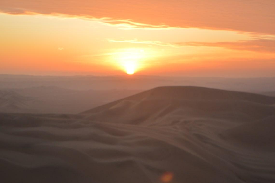 Ruta mochilera para visitar Perú: qué hacer y recomendaciones - Worldpackers - atardecer en desierto de Huacachina en Perú