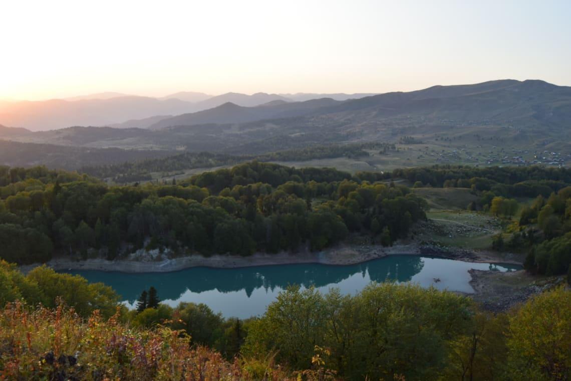 Qué debes saber antes de viajar a Georgia - Worldpackers -Atardecer en Mtsvane Tba (Lago Verde) en la región autónoma de Ajaria