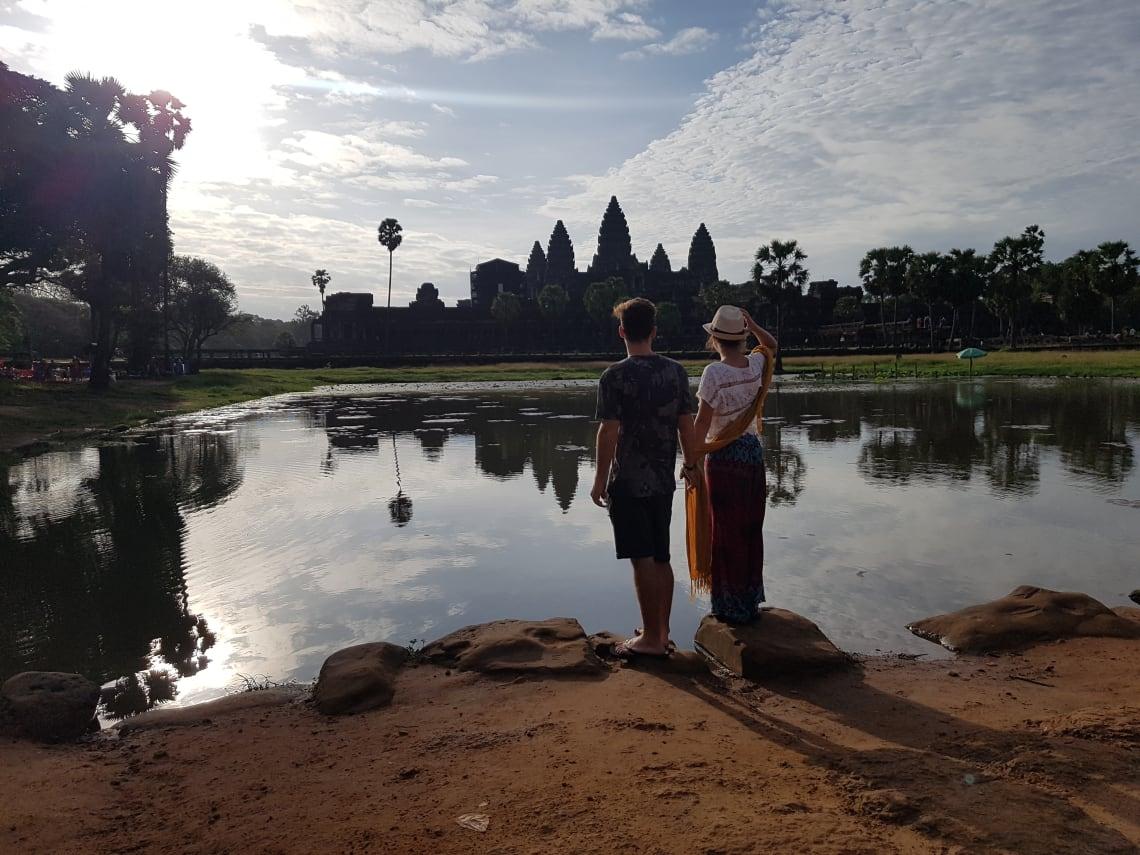 Cómo viajar a Asia con poco dinero - Worldpackers- pareja en Camboya