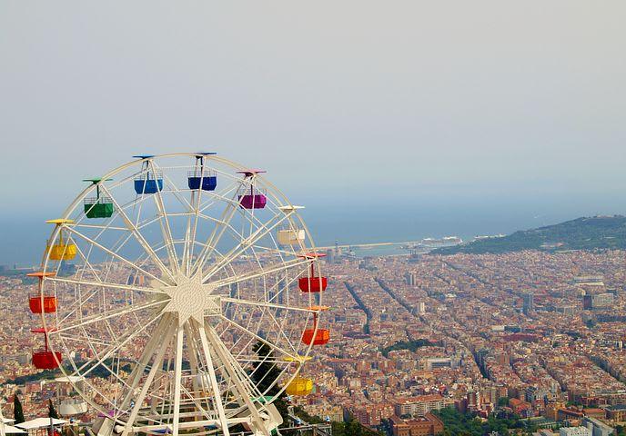 10 cosas que hacer gratis en Barcelona - Worldpackers - vista con carrusel de la ciudad de Barcelona