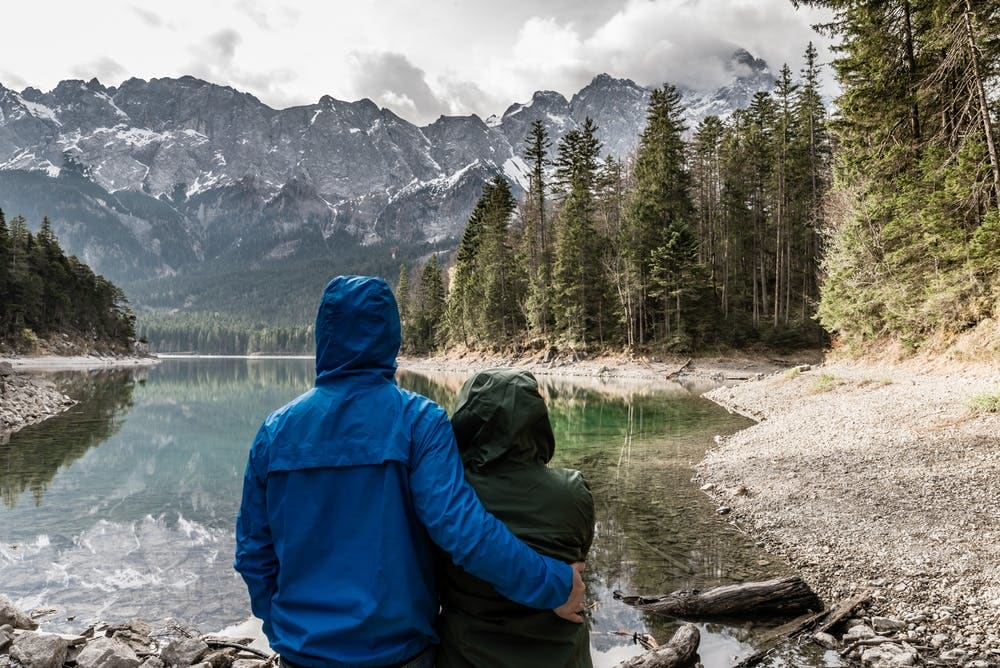 Secretos del camino: 10 consejos para viajar en pareja por largo tiempo - Worldpackers - pareja haciendo el trekking en la Patagonia