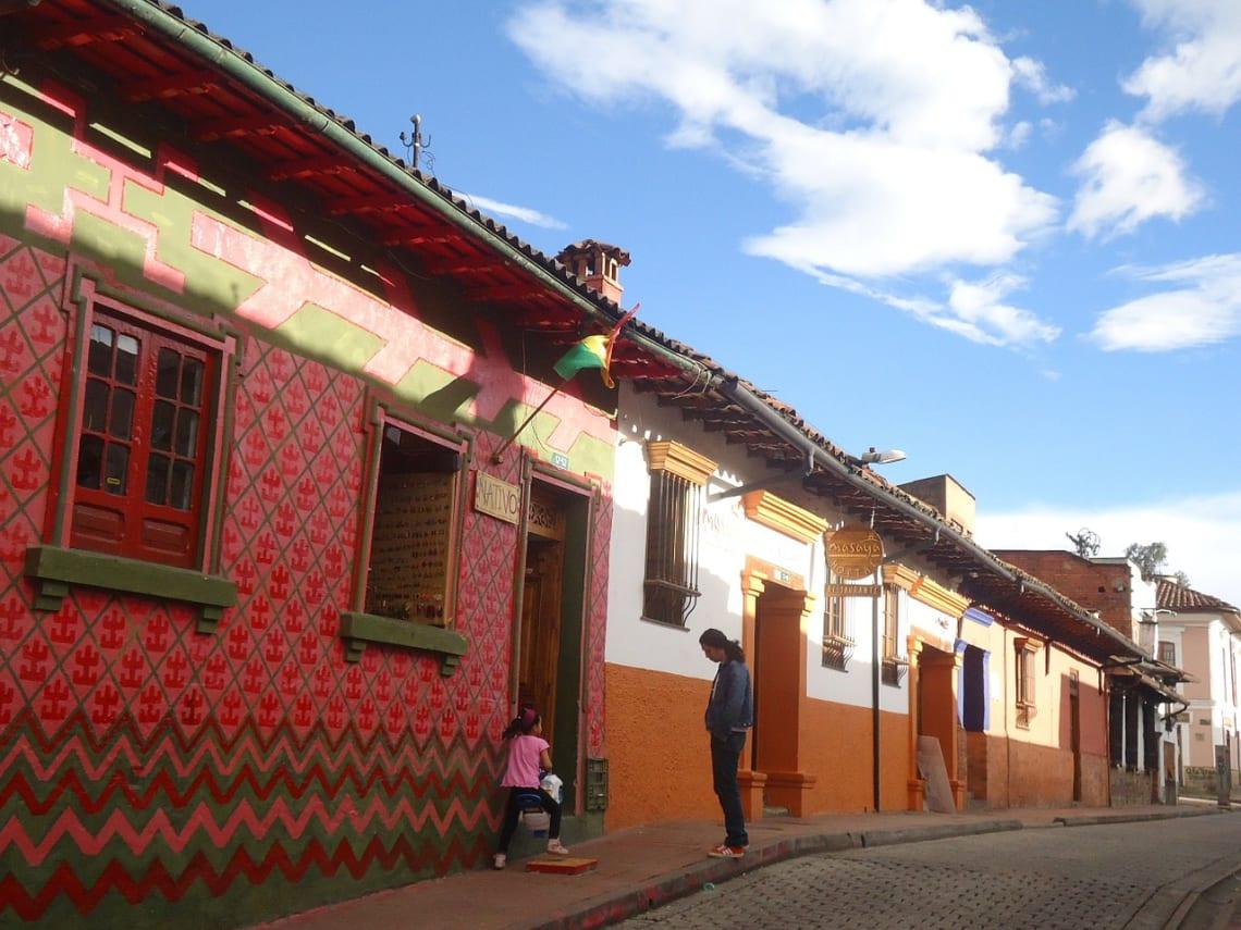 20 cosas que hacer en Bogotá con poco dinero - Worldpackers - gente en barrio la Candelaria