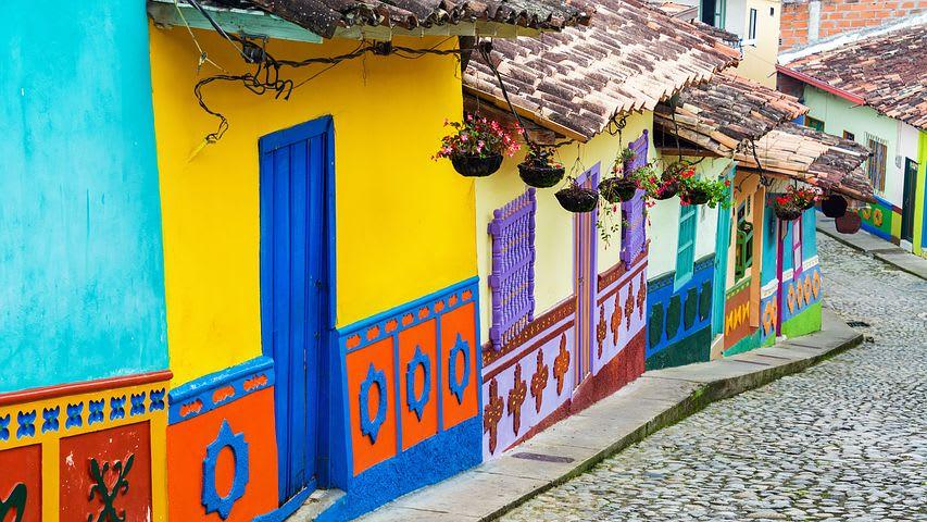 Cómo extender tu estancia en Colombia por 3 meses más - Worldpackers - Colombia pueblo Guatapé colorido