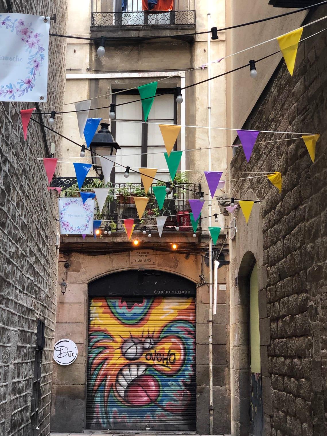 La mega guía para viajar a Barcelona: qué ver, qué hacer y mucho más - calle en Barcelona