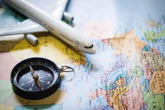 Vivir viajando y haciendo voluntariados pasados los 30 - Worldpackers - mapa con avión y brújula