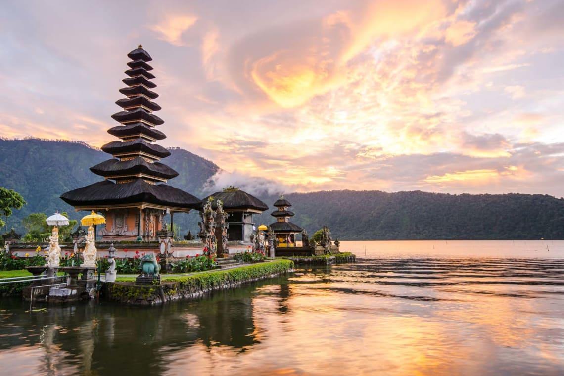 Mejores destinos para viajar solo y barato - Worldpackers - templo en Bali Indonesia