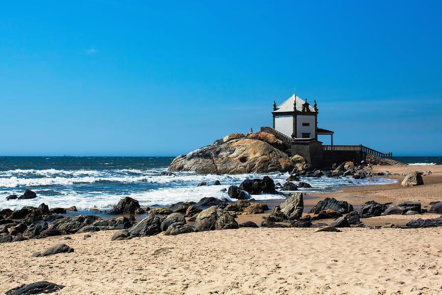 Praia de Miramar, Capela Senhor da Pedra ao fundo