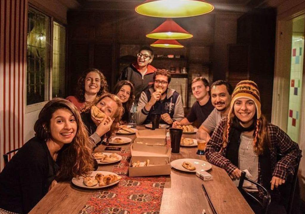 10 increíbles voluntariados en Sudamérica - Worldpackers - viajeros en un hostal en Argentina